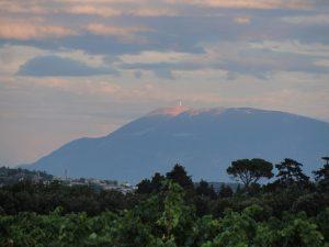 zicht vanaf het terras op Mont Ventoux en Visan